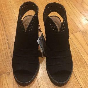 Black heeled sandals size 6M